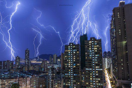 Hong Kong, Chiny - Po największych upałach od 48 lat wystąpiła ogromna burza
