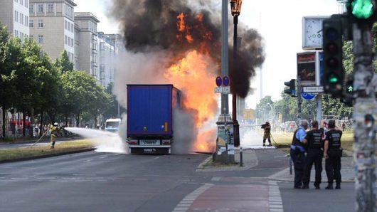 Niemcy - Po kolizji ze skuterem wybuchła ciężarówka na jednej z głównych ulic Berlina -1