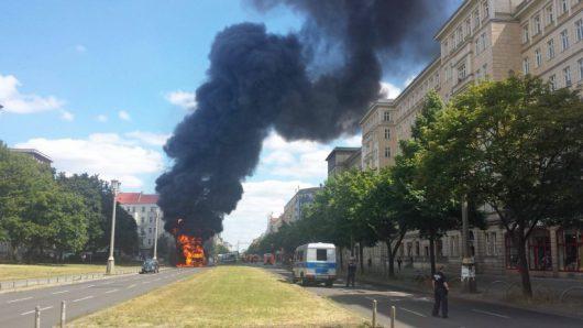 Niemcy - Po kolizji ze skuterem wybuchła ciężarówka na jednej z głównych ulic Berlina -2