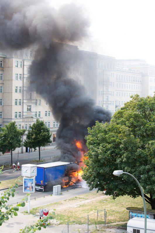Niemcy - Po kolizji ze skuterem wybuchła ciężarówka na jednej z głównych ulic Berlina -3