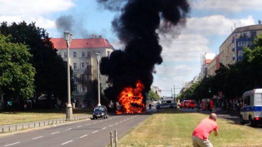 Niemcy - Po kolizji ze skuterem wybuchła ciężarówka na jednej z głównych ulic Berlina -7