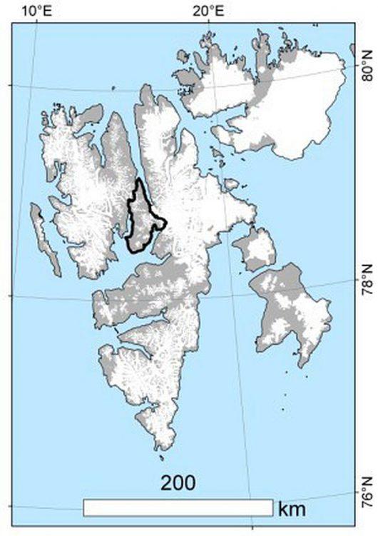 Położenie Ziemi Dicksona (czarny kontur) na tle mapy Svalbardu