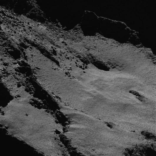 Powierzchnia jądra komety 67P z odległości około 5 kilometrów ESA/Rosetta