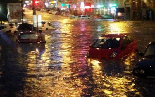 Rosja - Ulewy nad Rostowem zamieniły ulice w rzeki -7