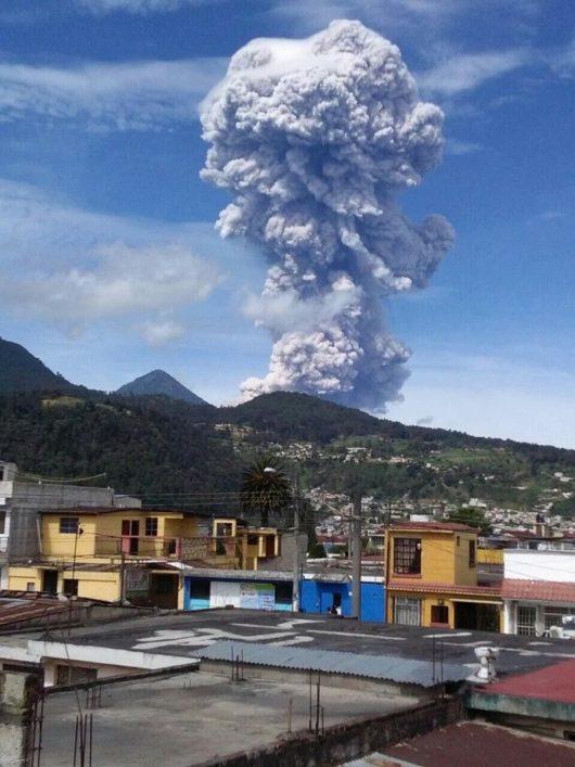 Santiaguito duża eksplozja 01.07.2016 09 20 Widok z Quetzaltenango. Zdjęcie: Conred