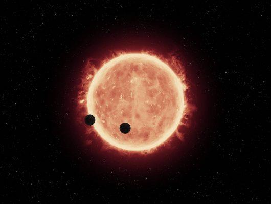 TRAPPIST-1b i TRAPPIST-1c, przechodzące przed tarczą swej gwiazdy, która jest mniejsza i chłodniejsza od Słońca /NASA/ESA/STScI/J. de Wit (MIT)