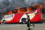 Taoyuan, Tajwan - Autokar z turystami uderzył w barierę i zapalił się