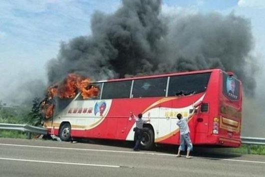 Taoyuan, Tajwan - Autokar z turystami uderzył w barierę i zapalił się -2