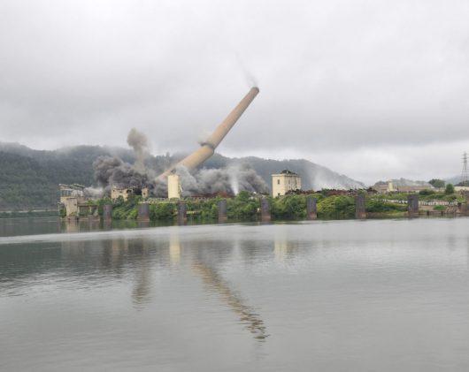USA - Efektowne wyburzenie ponad 200 metrowego komina elektrowni w Shadyside