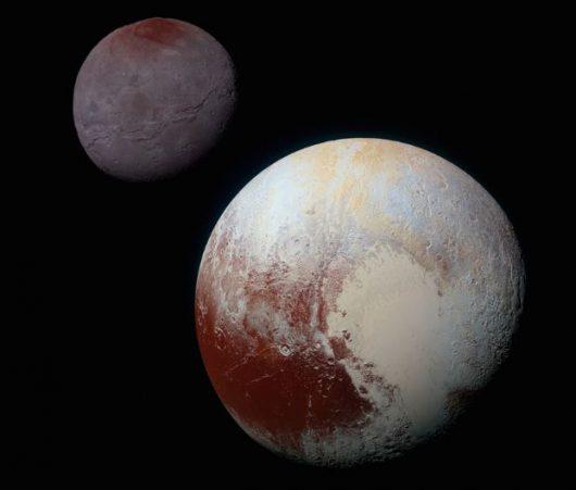 Złożenie obrazów Plutona i jego księżyca, Charona wykonanych kamerą (MVIC). Nasycenie barw zwiększono dla lepszego kontrastu / NASA/JHUAPL/SwRI