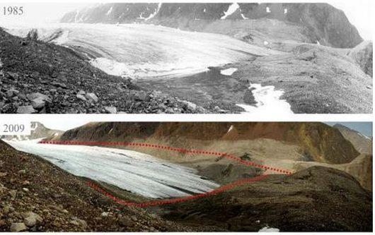 Zmiany grubości na czole lodowca Sven (Svenbreen), Ziemia Dicksona, Svalbard, w okresie 1985-2009. Szerokość jęzora wynosi ok. 500 m, a spadek grubości lodu widoczny na zdjęciach to kilkadziesiąt metrów