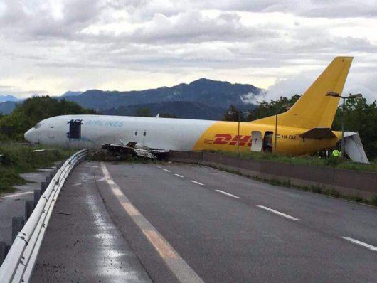 Bergamo, Włochy - Samolot transportowy zaparkował na drodze -1