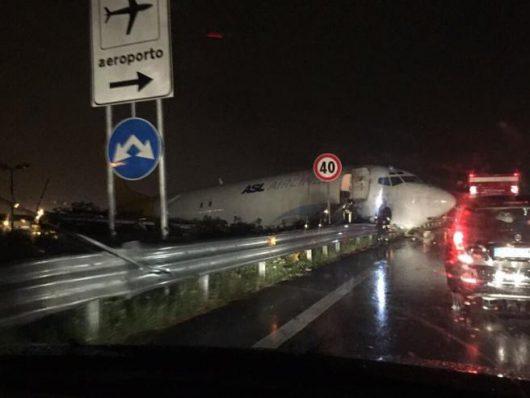 Bergamo, Włochy - Samolot transportowy zaparkował na drodze -2