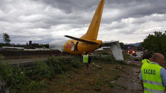 Bergamo, Włochy - Samolot transportowy zaparkował na drodze -4