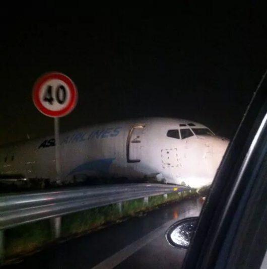 Bergamo, Włochy - Samolot transportowy zaparkował na drodze -7