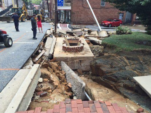 Ellicott City, USA - W ciągu zaledwie dwóch godzin ulewnego deszczu spadło 150 l_mkw -16