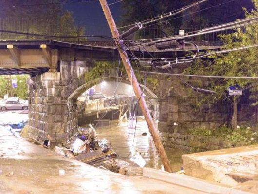 Ellicott City, USA - W ciągu zaledwie dwóch godzin ulewnego deszczu spadło 150 l_mkw -2
