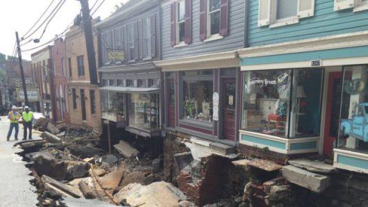 Ellicott City, USA - W ciągu zaledwie dwóch godzin ulewnego deszczu spadło 150 l_mkw -3