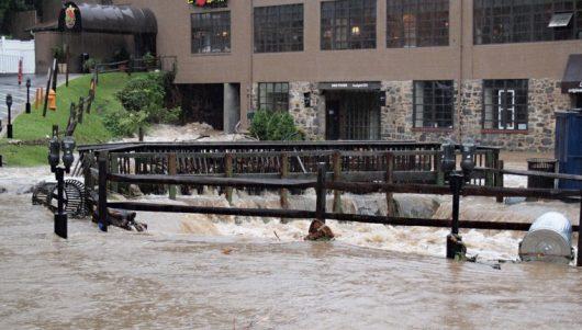 Ellicott City, USA - W ciągu zaledwie dwóch godzin ulewnego deszczu spadło 150 l_mkw -4