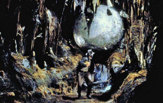 """Kamienna kula - kadr z filmu """"Poszukiwacze zaginionej Arki"""", 1981 r."""