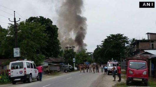 Kokrajhar, Indie - Mężczyźni w mundurach zaczęli strzelać do ludzi na zatłoczonym bazarze -2