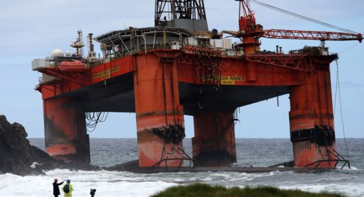 Lewis, Szkocja - Do Atlantyku wyciekły setki ton ropy naftowej z platformy wiertniczej, która w poniedziałek uderzyła w skały -2