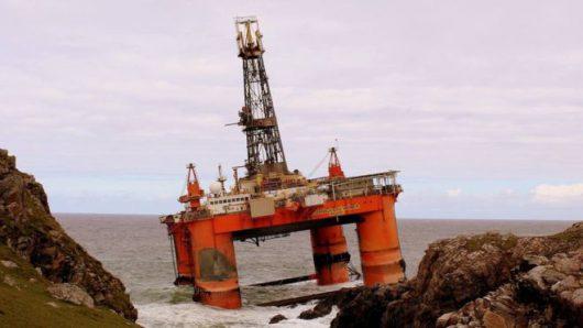 Lewis, Szkocja - Do Atlantyku wyciekły setki ton ropy naftowej z platformy wiertniczej, która w poniedziałek uderzyła w skały -3