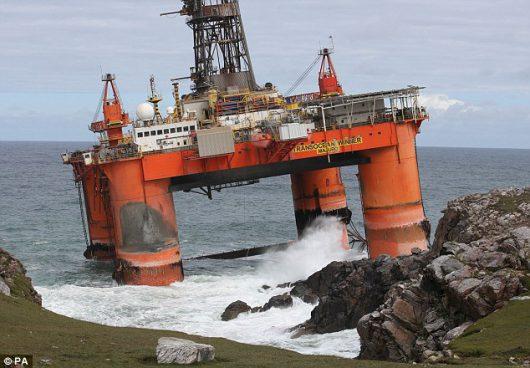 Lewis, Szkocja - Do Atlantyku wyciekły setki ton ropy naftowej z platformy wiertniczej, która w poniedziałek uderzyła w skały -4