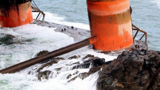 Lewis, Szkocja - Do Atlantyku wyciekły setki ton ropy naftowej z platformy wiertniczej, która w poniedziałek uderzyła w skały -5