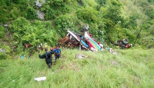 Nepal - Przepełniony autobus spadł z górskiej drogi -2