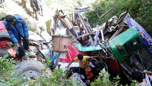 Nepal - Przepełniony autobus spadł z górskiej drogi -3