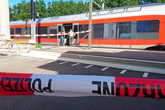 Salez, Szwajcaria - Polał wagon łatwopalną cieczą i podpalił, następnie zaatakował nożem pasażerów -1