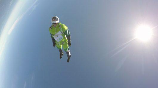 Skoczył bez spadochronu z wysokości 7.6 km, zatrzymał się na siatce rozpiętej na wysokości 60 metrów -1
