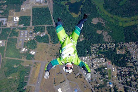 Skoczył bez spadochronu z wysokości 7.6 km, zatrzymał się na siatce rozpiętej na wysokości 60 metrów -2