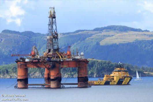 Szkocja - Podczas sztormu zerwała się z lin i uderzyła w wyspę platforma wiertnicza ważąca 17 tysięcy ton -1