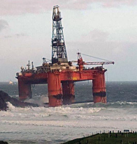Szkocja - Podczas sztormu zerwała się z lin i uderzyła w wyspę platforma wiertnicza ważąca 17 tysięcy ton -2