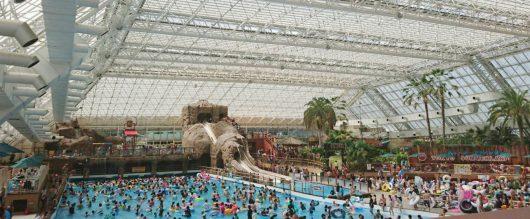 Tokio, Japonia - Napastnik na basenie pociął czymś ostrym 9 kobiet -2