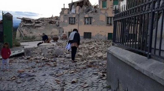 Włochy - Bardzo płytkie i silne trzęsienie ziemi, magnituda 6.2 -7