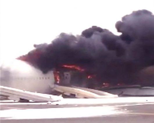 ZEA - W Dubaju awaryjnie lądował samolot z 275 osobami na pokładzie, maszyna która leciała z Indii lądowała w kłębach czarnego dymu -2