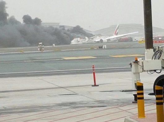 ZEA - W Dubaju awaryjnie lądował samolot z 275 osobami na pokładzie, maszyna która leciała z Indii lądowała w kłębach czarnego dymu