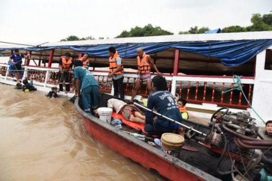 ajutthaja-tajlandia-przewrocila-sie-lodz-wycieczkowa-1