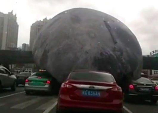 fuzhou-chiny-porywisty-wiatr-wywolany-tajfunem-meranti-porwal-gumowy-model-ksiezyca