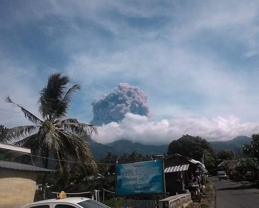 indonezja-gwaltowna-erupcja-wulkanu-rinjani-na-wyspie-lombok-1