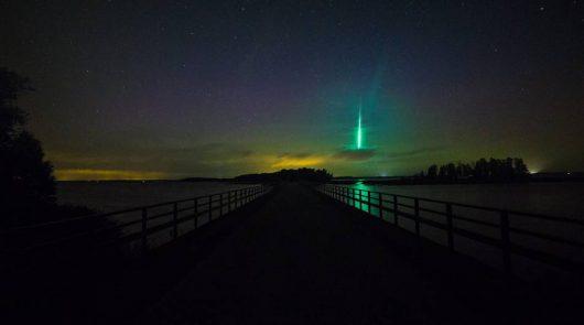 meteor-na-tle-zorzy-polarnej