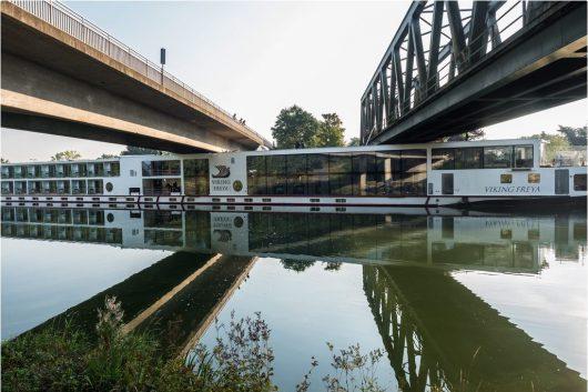 niemcy-dwie-osoby-zginely-gdy-plywajacy-hotel-uderzyl-w-most-3