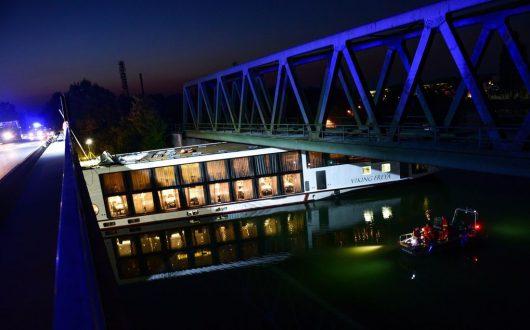 niemcy-dwie-osoby-zginely-gdy-plywajacy-hotel-uderzyl-w-most
