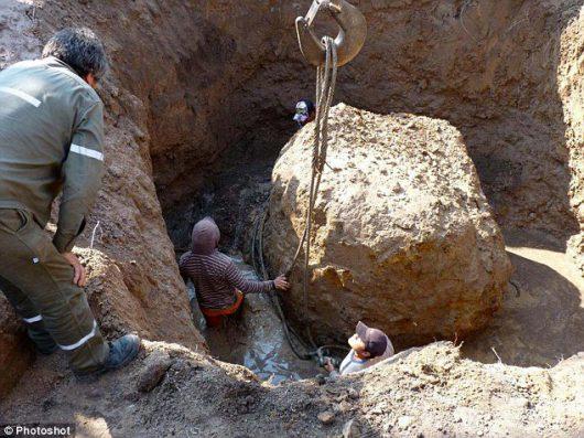 w-argentycie-wyciagnieto-z-ziemi-drugi-najwiekszy-meteoryt-na-swiecie-wazy-30-8-tony-2