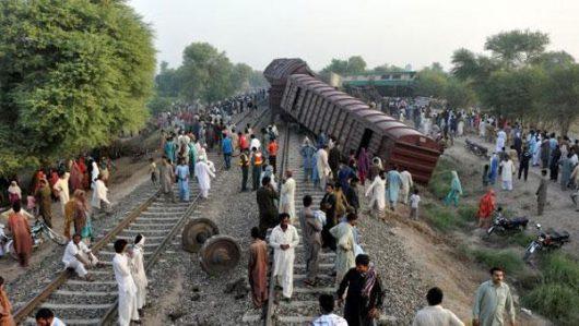w-pakistanie-zderzyly-sie-dwa-pociagi-2