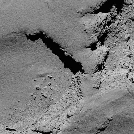 Zdjęcie z wysokości 5,8 km, przesłane o 10:18. /ESA/Rosetta/MPS for OSIRIS Team MPS/UPD/LAM/IAA/SSO/INTA/UPM/DASP/IDA /materiały prasowe