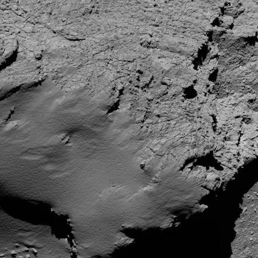 Zdjęcie z wysokości niespełna 9 km, przesłane o godzinie 8:53. /SA/Rosetta/MPS for OSIRIS Team MPS/UPD/LAM/IAA/SSO/INTA/UPM/DASP/IDA /materiały prasowe